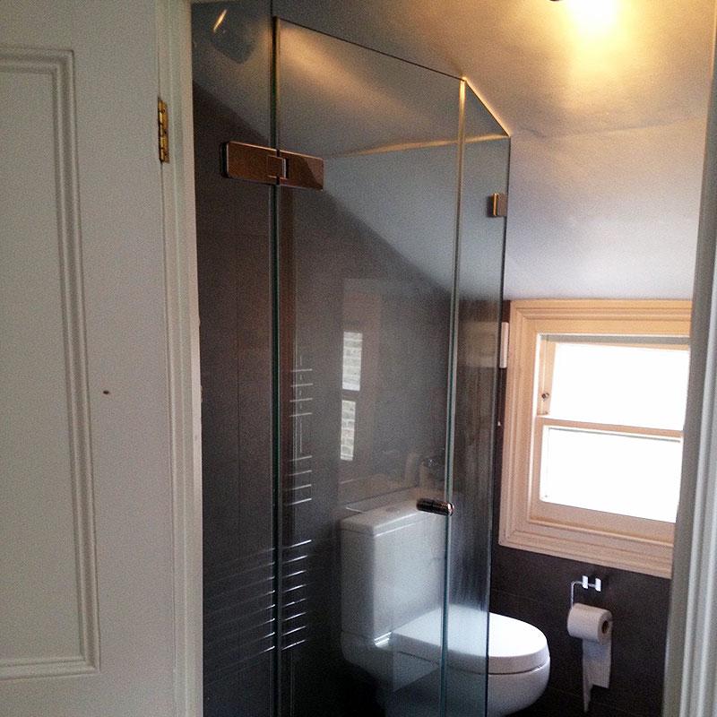 Frameless bespoke glass shower in Chiswick, London