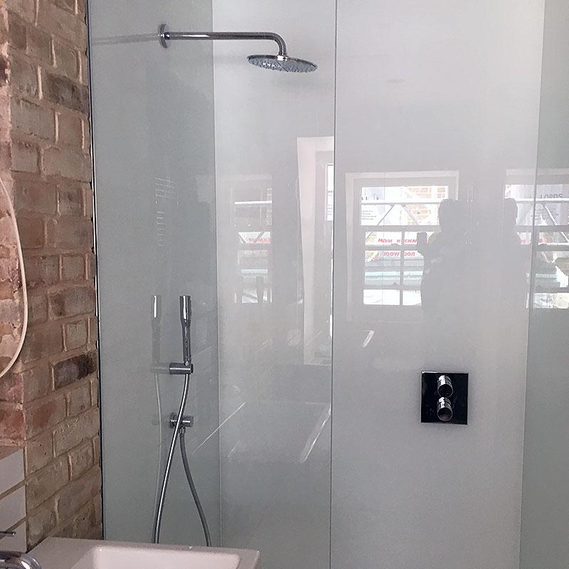 Glass splashback in a shower