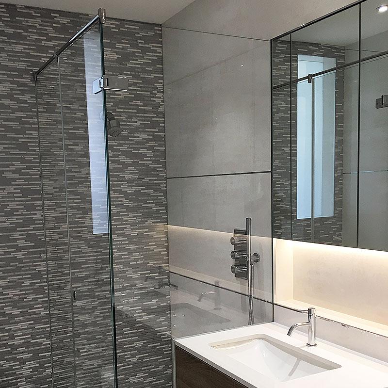 Glass shower glass by bath