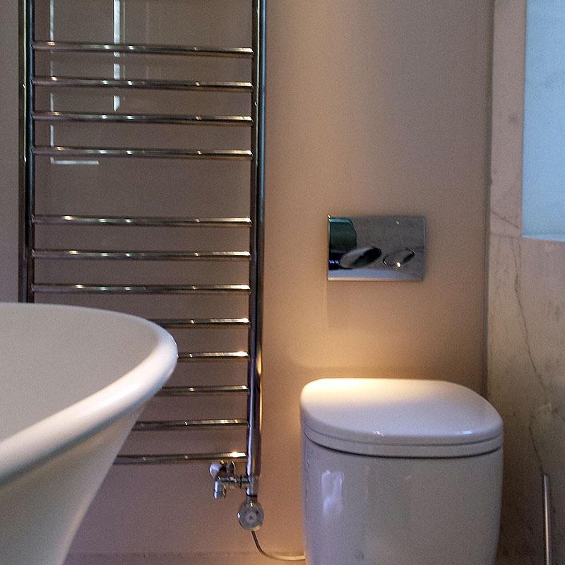 Glass bathroom splashback