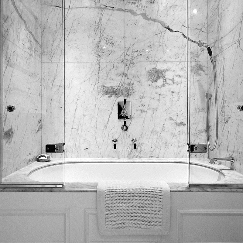 Classic frameless glass bath tub surround