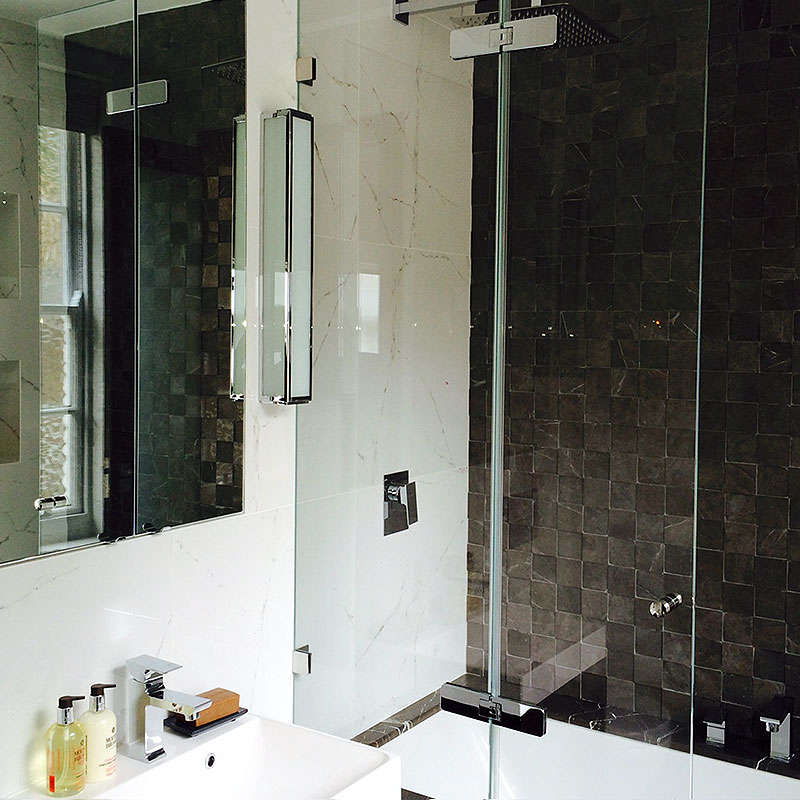 Frameless glass bath surround