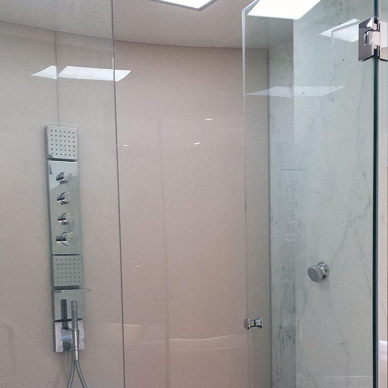 Glass shower splashback