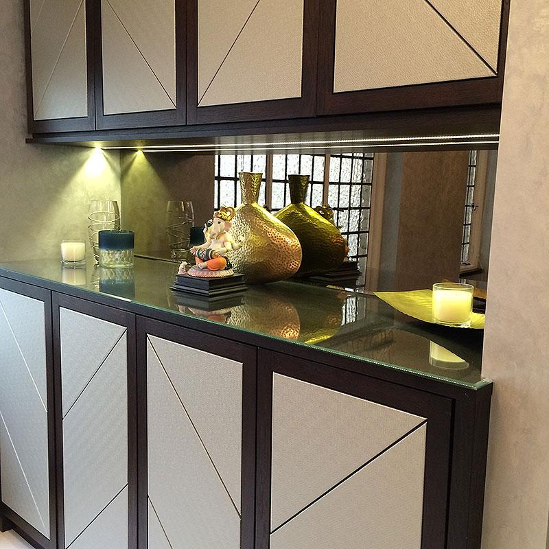 Mirrored glass kitchen counter splashback